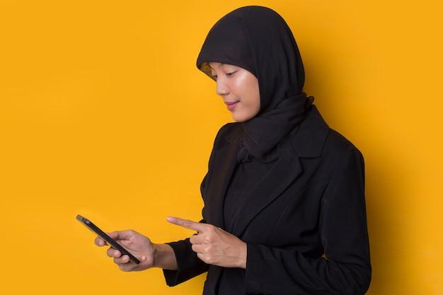 電話で話している笑顔幸せなアジアのイスラム教徒の実業家