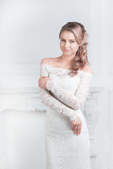 웨딩 드레스에 노력 하 고 행복 한 신부 미소.