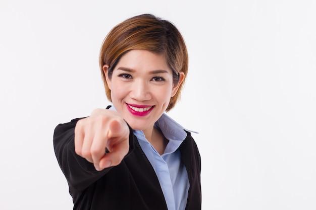Улыбающийся, счастливый, уверенный и успешный бизнесвумен, указывая на вас