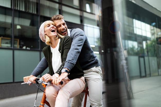Улыбаясь счастливая пара в любви, весело вместе на открытом воздухе. люди, пара, счастье, концепция любви