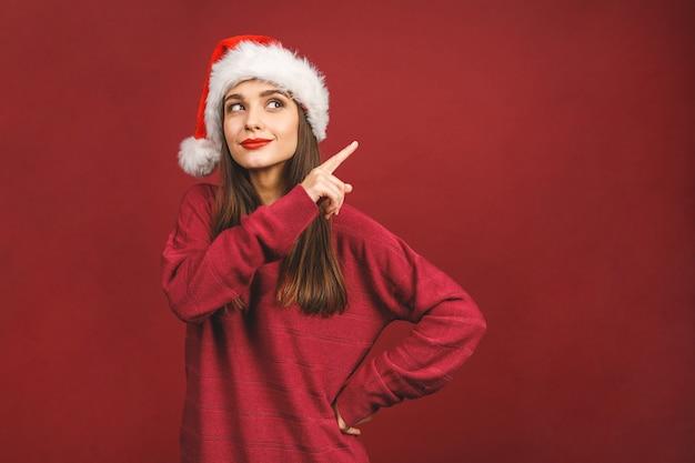 크리스마스 산타 모자에 웃는 행복 한 여자