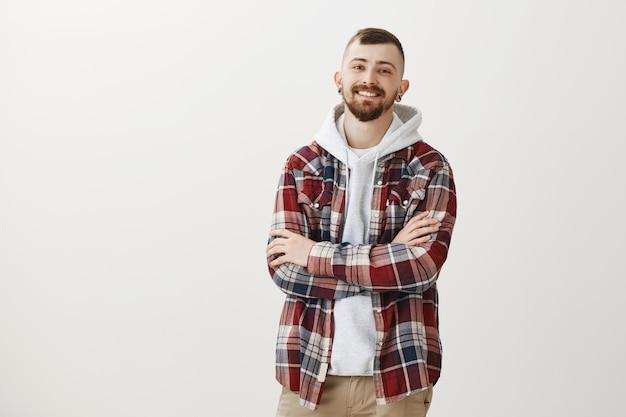 Sorridendo felice hipster ragazzo braccia incrociate sul petto fiducioso