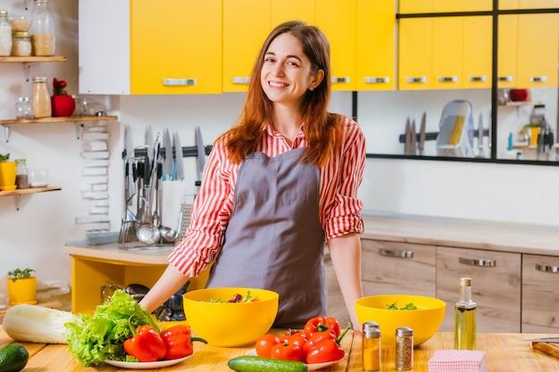 Улыбается счастливая вегетарианская женщина на кухне