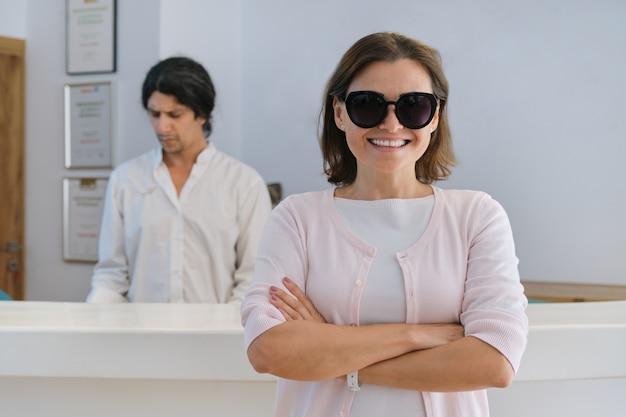 리조트 스파 호텔의 로비 내부에 웃는 행복한 여자 게스트