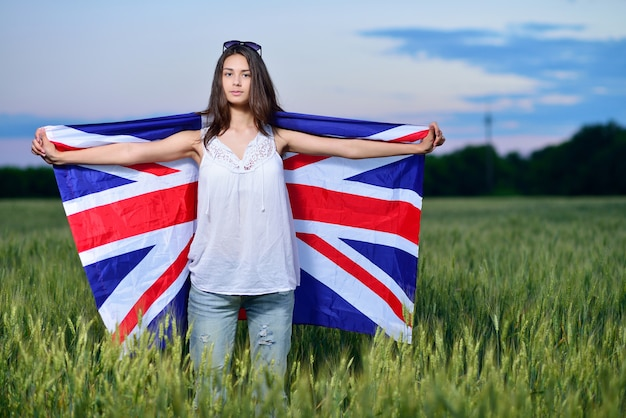 Улыбается счастливая женщина с американским флагом