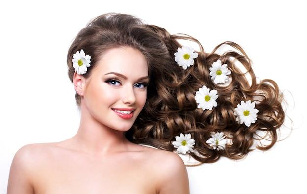 美しい長い髪の健康な女性の笑顔-空白