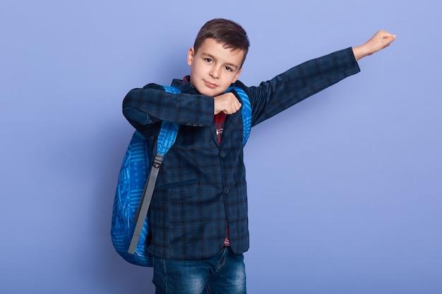 Улыбающийся малыш на костюме со школьной сумкой, имитирующей супергероев