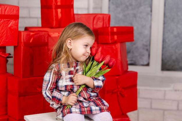 Улыбающийся ребенок получает для нее подарок-сюрприз