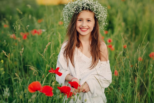 花輪を着て笑顔の子供