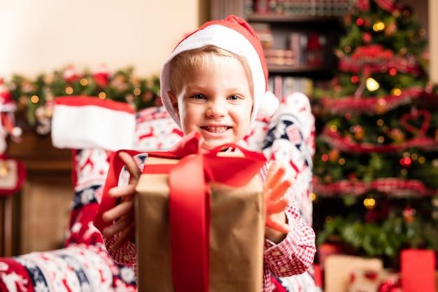 贈り物と笑顔の子供