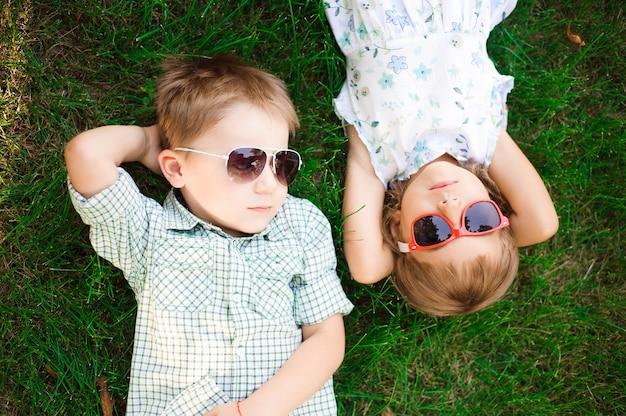サングラスをかけた庭で子供たちの笑顔