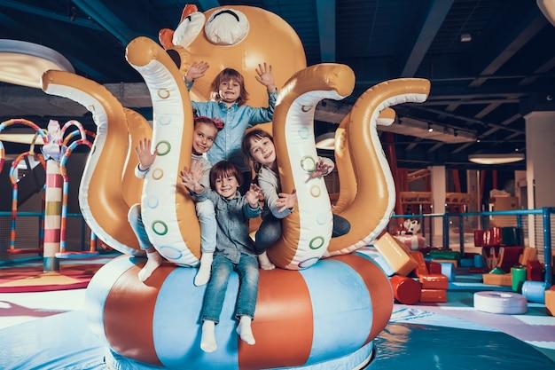 Улыбающиеся дети на современной крытой детской площадке
