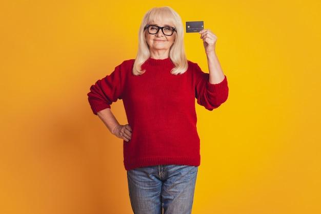 그녀의 신용 카드를 들고 웃는 여자