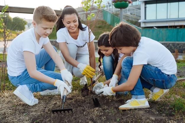 苗木を右手に持つボランティアグループのリーダーの笑顔