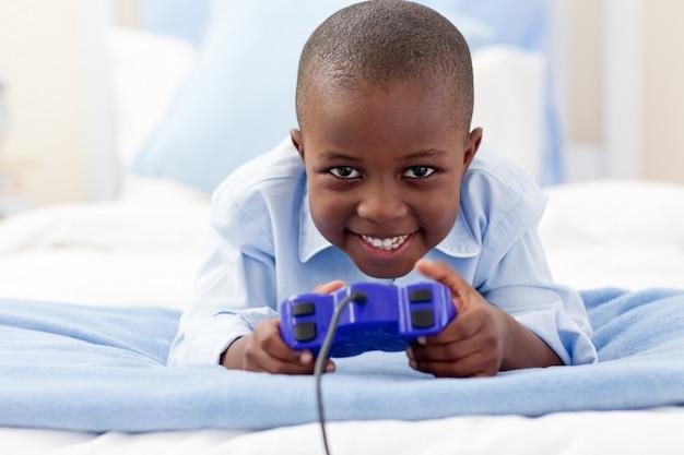 비디오 게임 웃는 어린 소년 프리미엄 사진