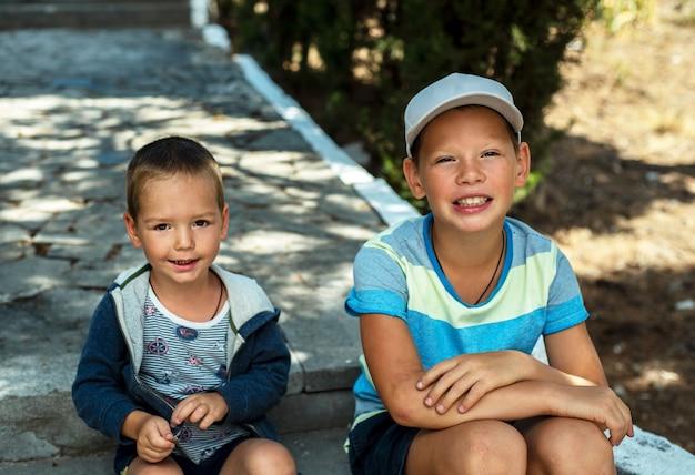 Улыбающиеся братья, два маленьких мальчика улыбаются