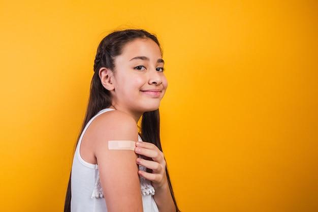 Улыбающаяся маленькая девочка после вакцинации