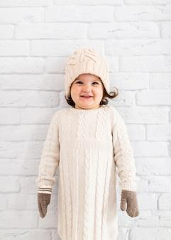 笑顔の小さな女の子のファッションのポーズ