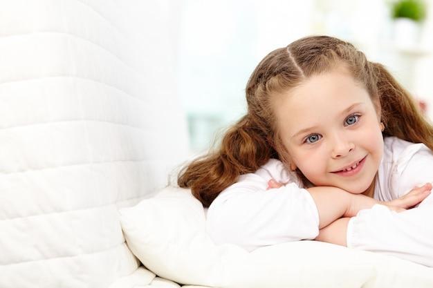 横たわっている少女を笑顔