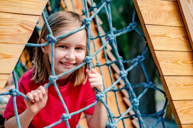 パークネットで遊んでいる小さな女の子の笑顔