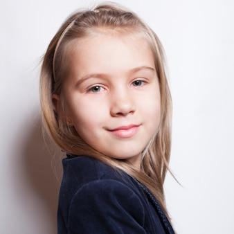 Улыбающийся ученик маленькой девочки