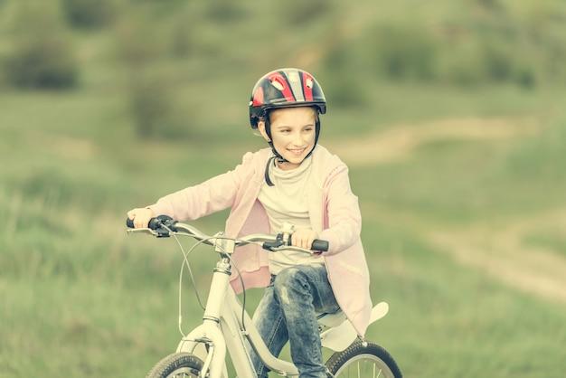 自転車に乗って笑顔の女の子