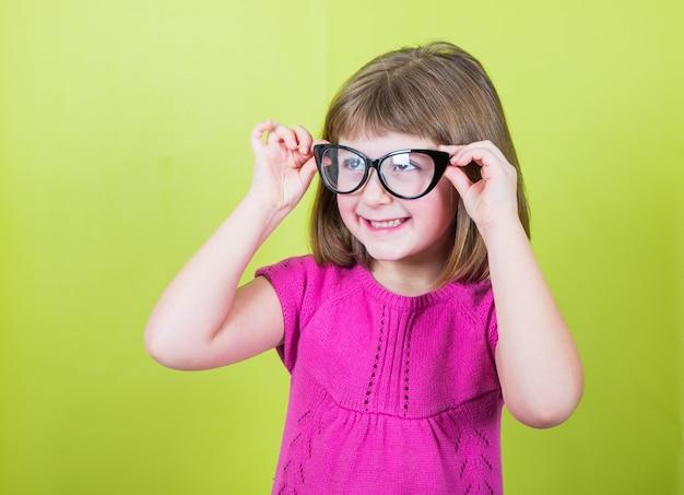 眼鏡と笑顔の少女