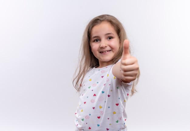 Sorridente ragazzina scolastica indossando la maglietta bianca il suo bicchiere su sfondo bianco isolato