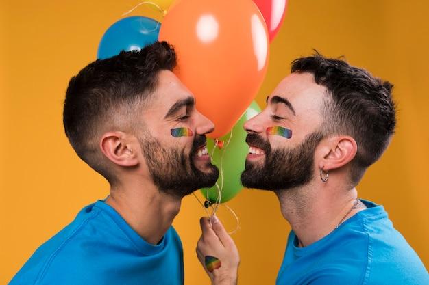 웃는 사랑하는 게이 연인이 모여 키스