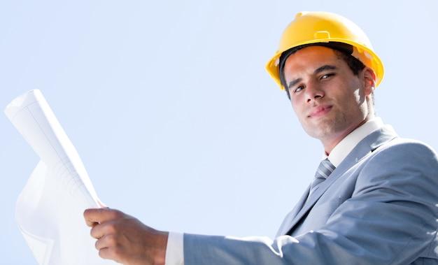 청사진을 들고 웃는 남성 건축가