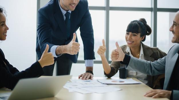 Улыбающийся мужской босс разговаривает с бизнес-командой. технологии и концепция офиса.
