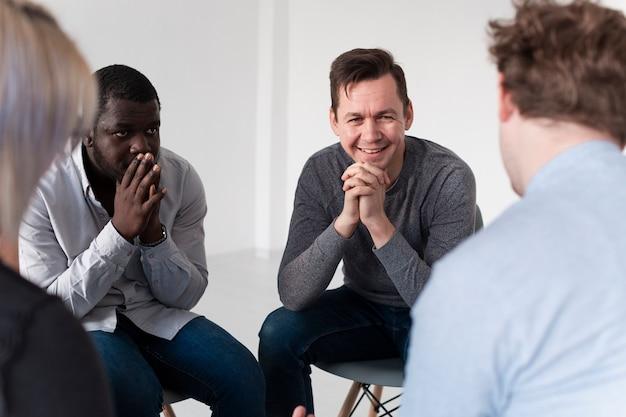 彼の友人と話している男性患者の笑顔