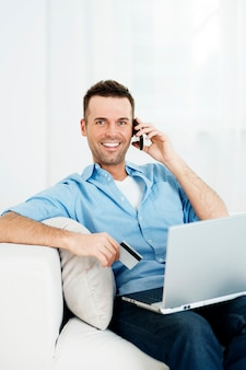 인터넷을 통해 쇼핑 웃는 남자
