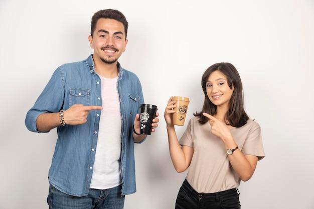 一杯のコーヒーと笑顔の男性と女性。