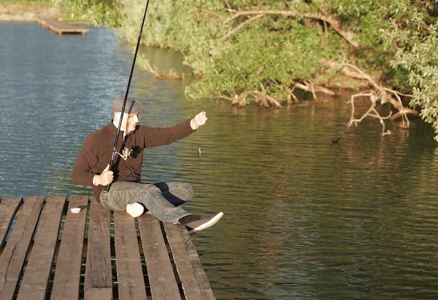 Улыбающийся человек поймал рыбку