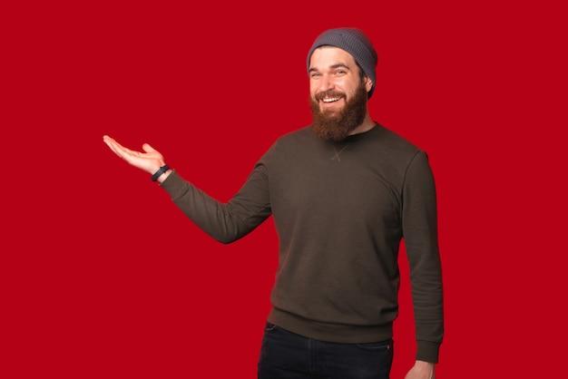 笑顔の男は、何かを提示したり握ったりしているように手をつないでいます。