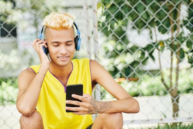 Улыбающийся человек, слушающий музыку