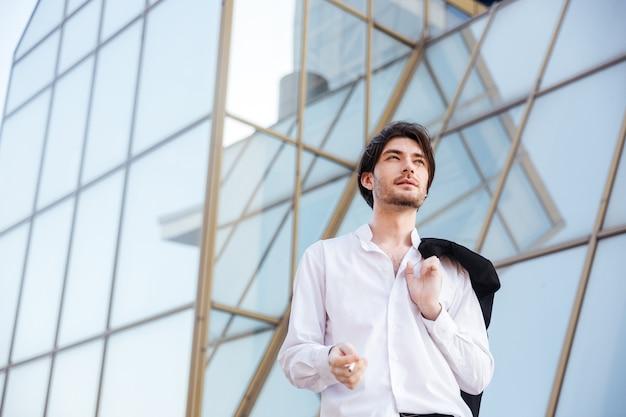 Улыбающийся человек на открытом воздухе