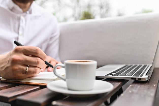 自宅でラップトップを使用して笑顔の男の学生現代のライフスタイル接続ビジネスフリーランスの仕事の概念