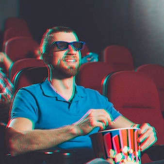 Uomo sorridente che guarda film 3d