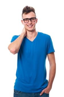 ファッション眼鏡をかけている笑顔の男