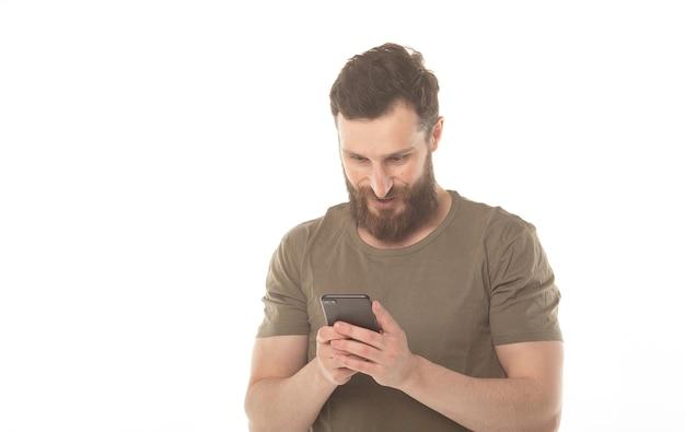 携帯電話を持っているひげを持つ笑顔の男
