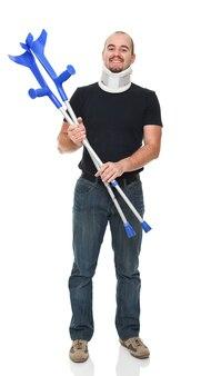 Улыбающийся человек с костылем, изолированные на белом фоне