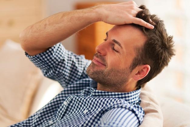 Uomo sorridente con la mano nei capelli