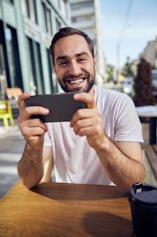 Smartpphone와 카페에서 커피 웃는 남자