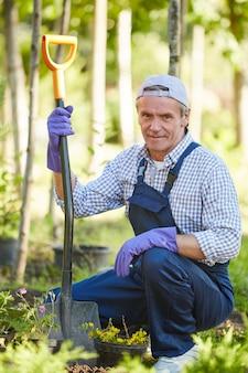 庭で働く笑みを浮かべて男