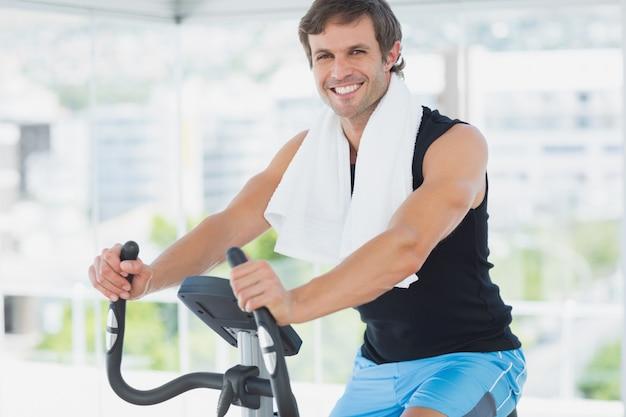 밝은 체육관에서 수업을 회전에서 운동 웃는 남자