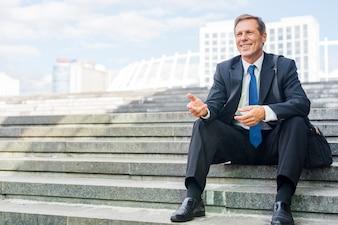 成熟した、ビジネスマン、手、身に着けていること、椅子、階段