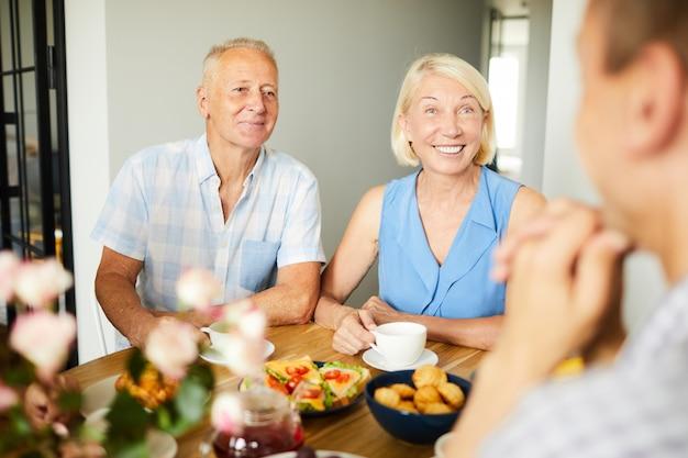 Улыбаясь пожилая пара на обед