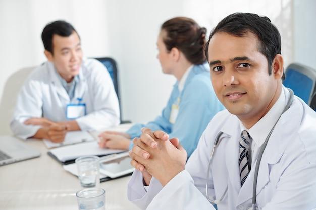 成熟したインドの医師の笑顔